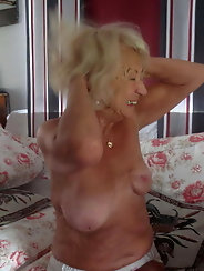 Mature prostitute is posing totally undressed on pictures