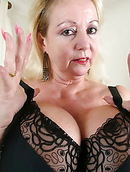 English mature grandmom is baring it all on pix